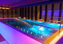 BLUE Wellnessresort Zwembad avond