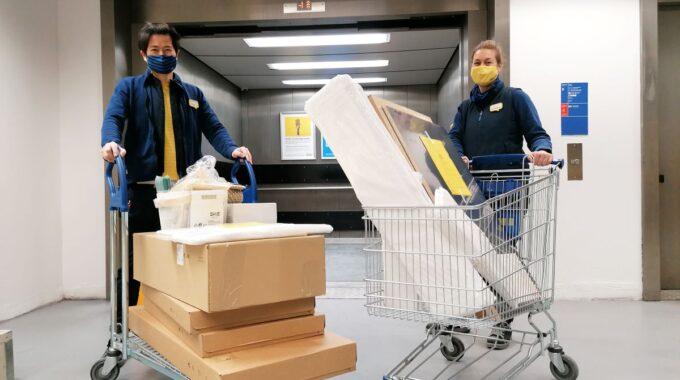 Kelvin en zijn collega Marlou shoppen jouw bestelling bij elkaar. Foto IKEA Delft