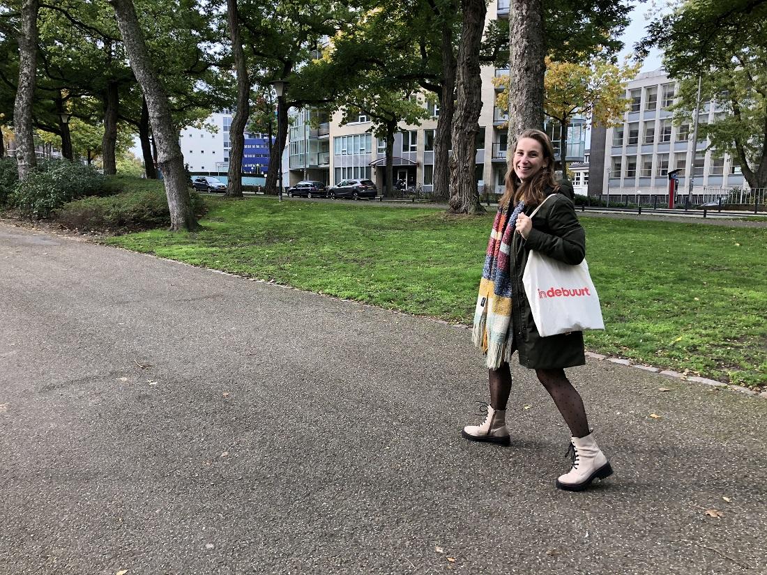 Babs in het park wandelen