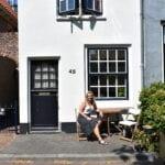 Simone voor het kleinste huisje van Harderwijk Foto indebuurt Randmeren