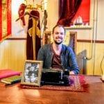 Tim Smit runt het Pietenhuis in Harderwijk Foto indebuurt Randmeren