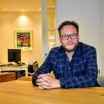 Joris de Vries van Midden Nederland Makelaars in zijn kantoor in Ermelo. Foto indebuurt Randmeren