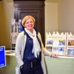 Inge van Assen voor haar stand van Heerlijk Harderwijk in Het Oude Stadhuis. Foto indebuurt Randmeren