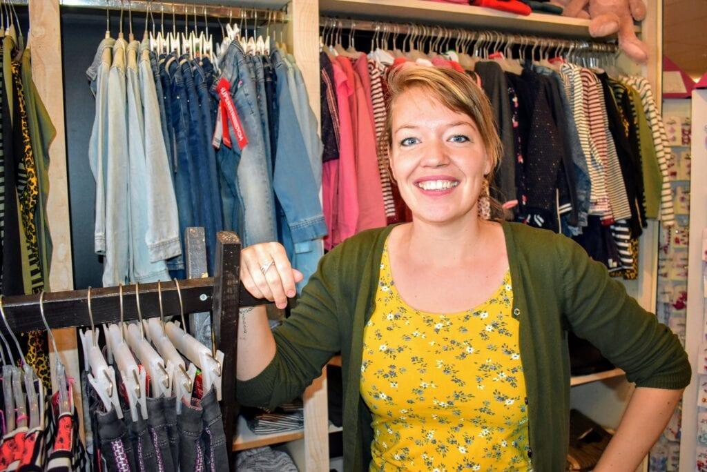 Anouk Vrijenhoeff in haar winkel ZieZo! Kidscorner. Foto indebuurt Randmeren