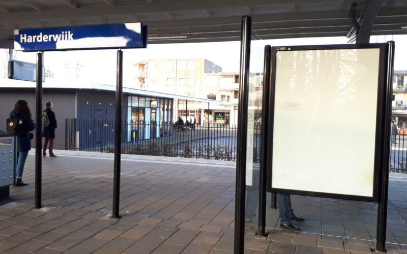 Lege reclameborden op station Harderwijk.