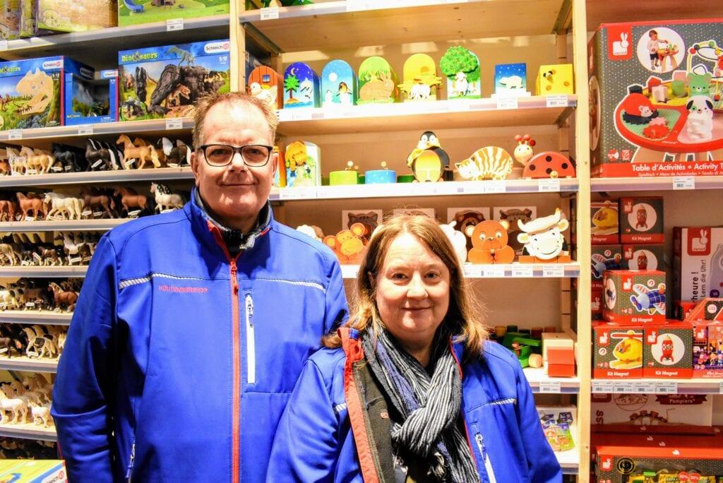 Charles en Norma in hun winkel HoutenDiershop in Harderwijk