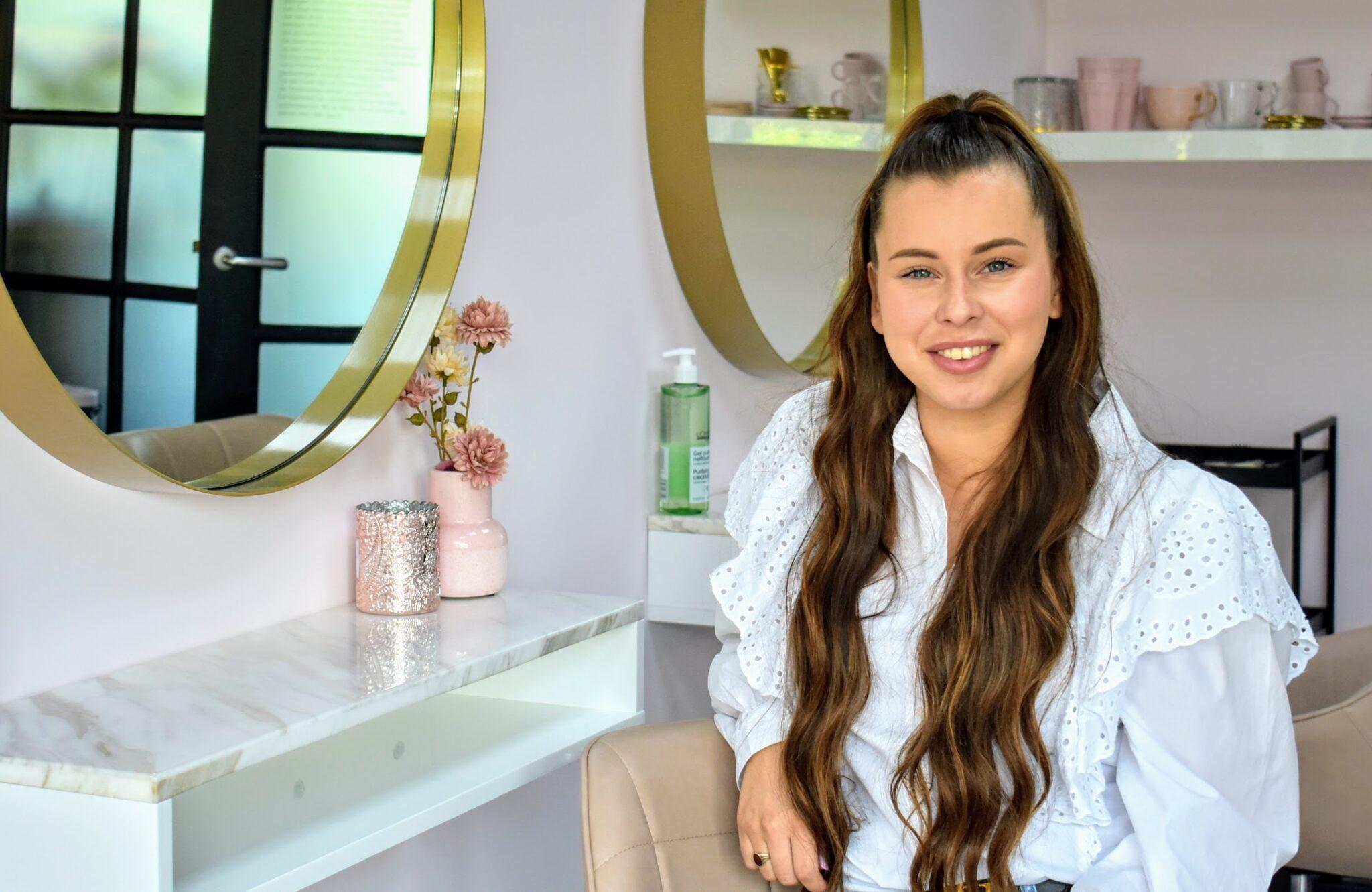 Ashley runt haar eigen goud met roze kapsalon in Hierden