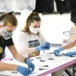 mondkapjes en plastic handschoenen weggooien
