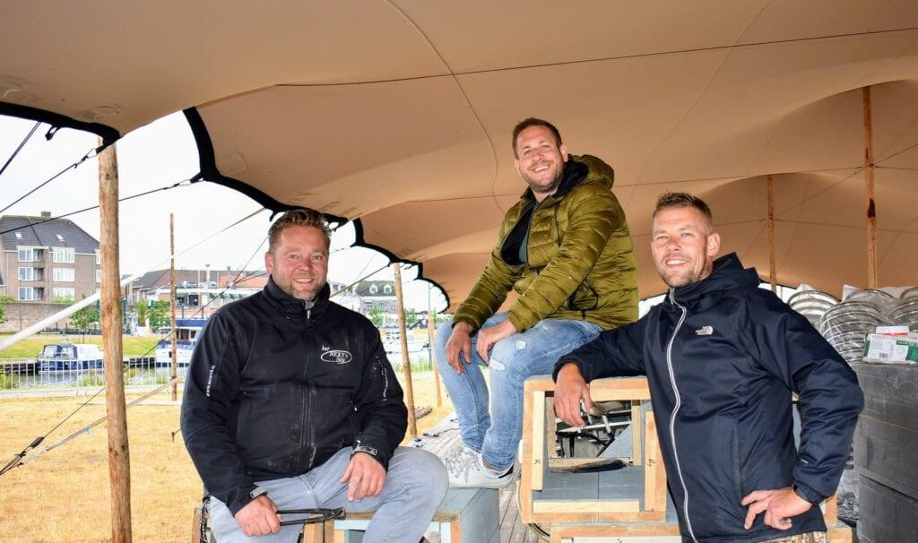 Merijn (middelste op de foto) is de kroegeigenaar van Ome Co en doet mee met het pop-up-terras in Harderwijk kroeghoek
