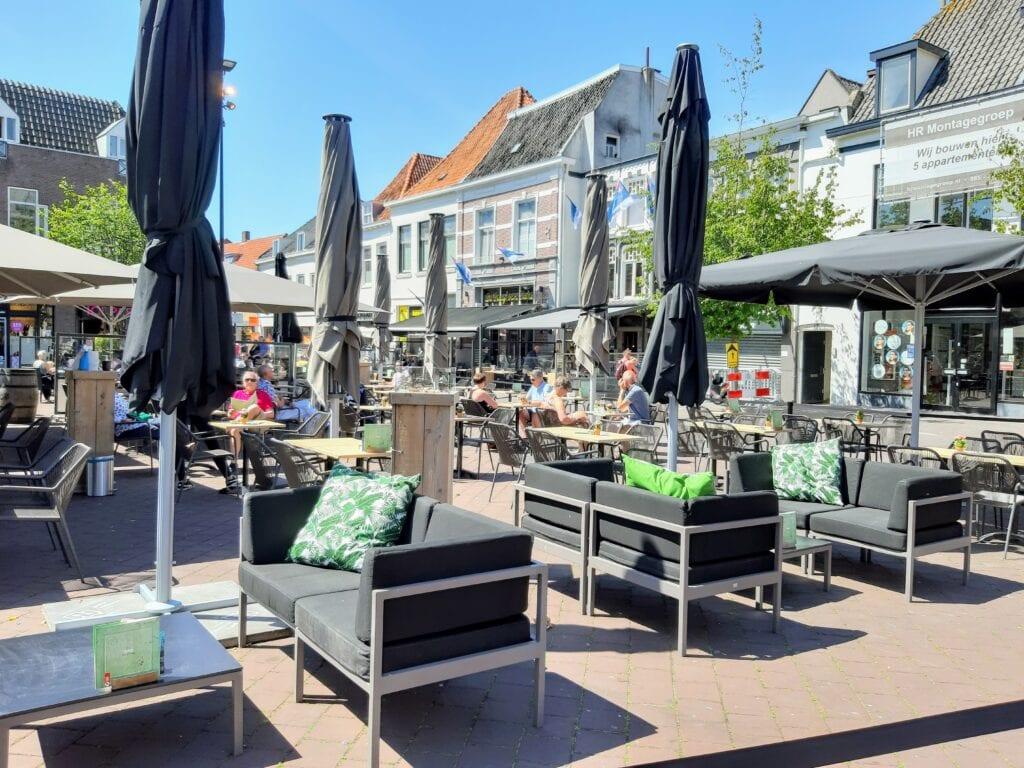 Terrassen in de binnenstad van Harderwijk. Foto indebuurt Randmeren
