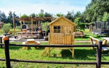 Joanna de Vries en Guus bij 123picknicktafel.nl hout meubelen pompoenen ermelo