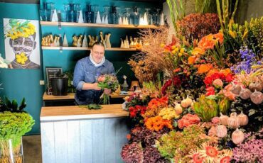 Leo in zijn bloemenwinkel The Little Shop of Flowers in Harderwijk