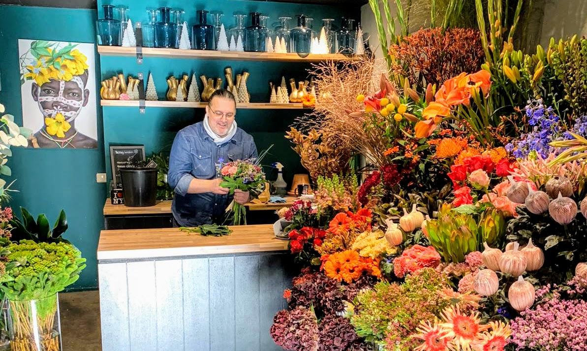 Leo in zijn bloemenwinkel The Little Shop of Flowers in Harderwijk