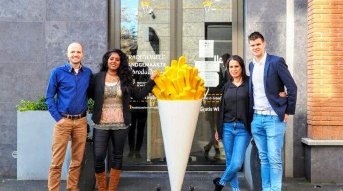 Wouter en Larissa van der Haar stoppen met de Ermelosche Frietzaak. Rene Arbon en Souad Terrad zijn de nieuwe eigenaren