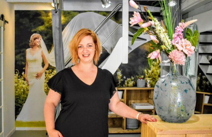 Priscilla van den Hoogen in haar zaak Boetiek de Bruid. Foto indebuurt Randmeren (1)