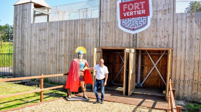 Erik Kroon bij Fort Vertier in Harderwijk a28 snelweg houtenobject