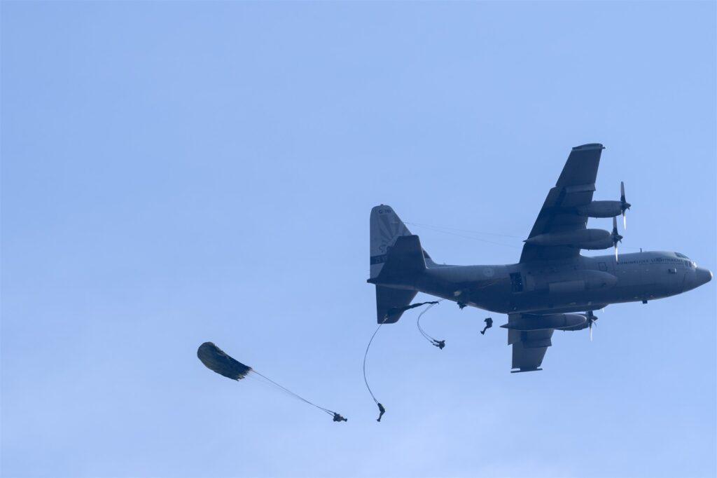 leger vliegtuig vliegtuigen ermelo putten falcon leaping
