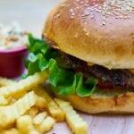 Hamburger met patat. Foto door Engin Akyurt via Pexels