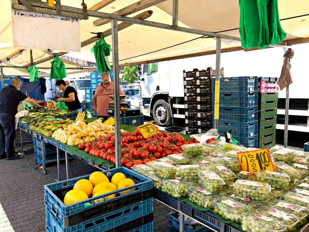 afrikaandermarkt bayram groente en fruitkraam