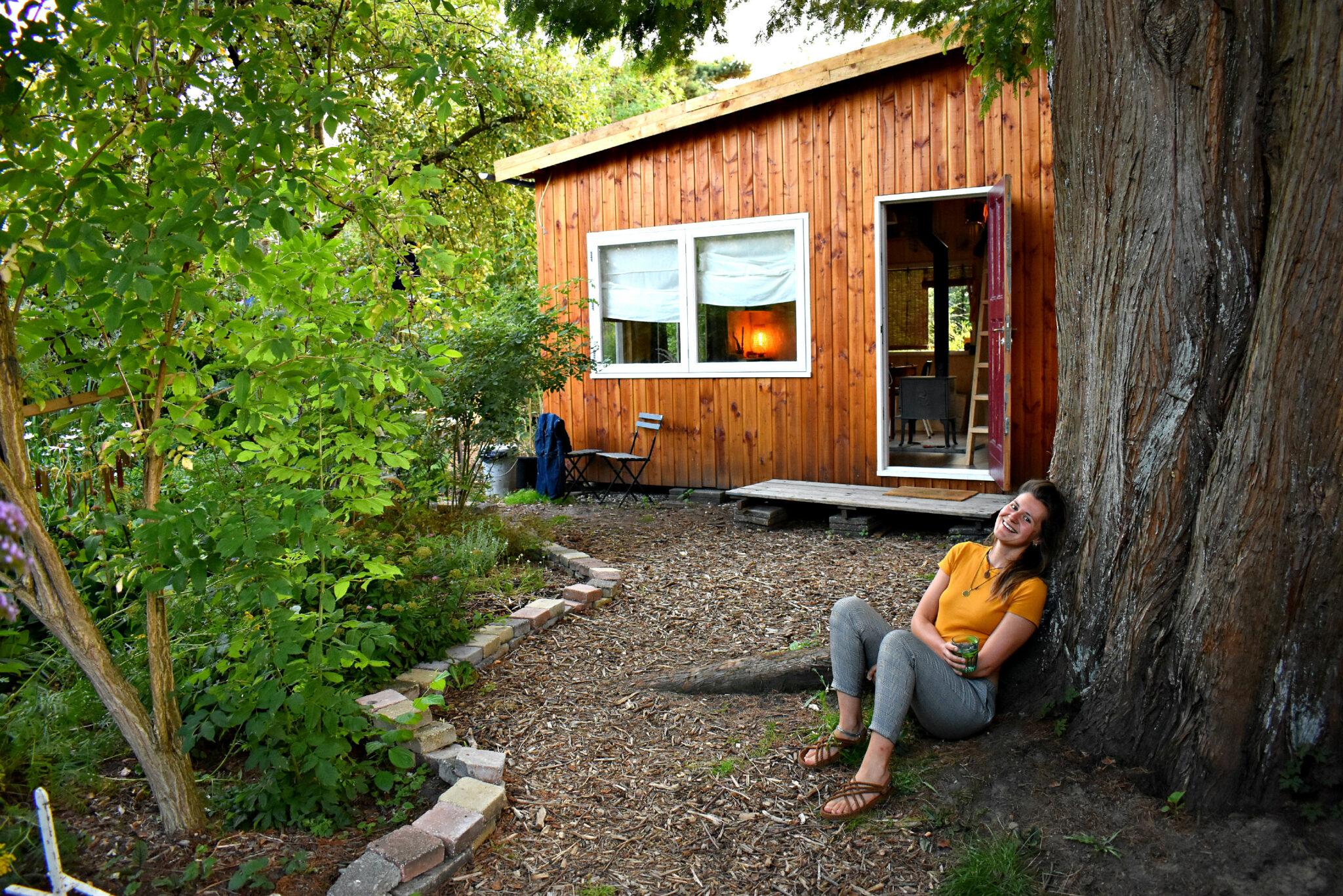 jorinde tegen haar favo boom voor zomerhuis