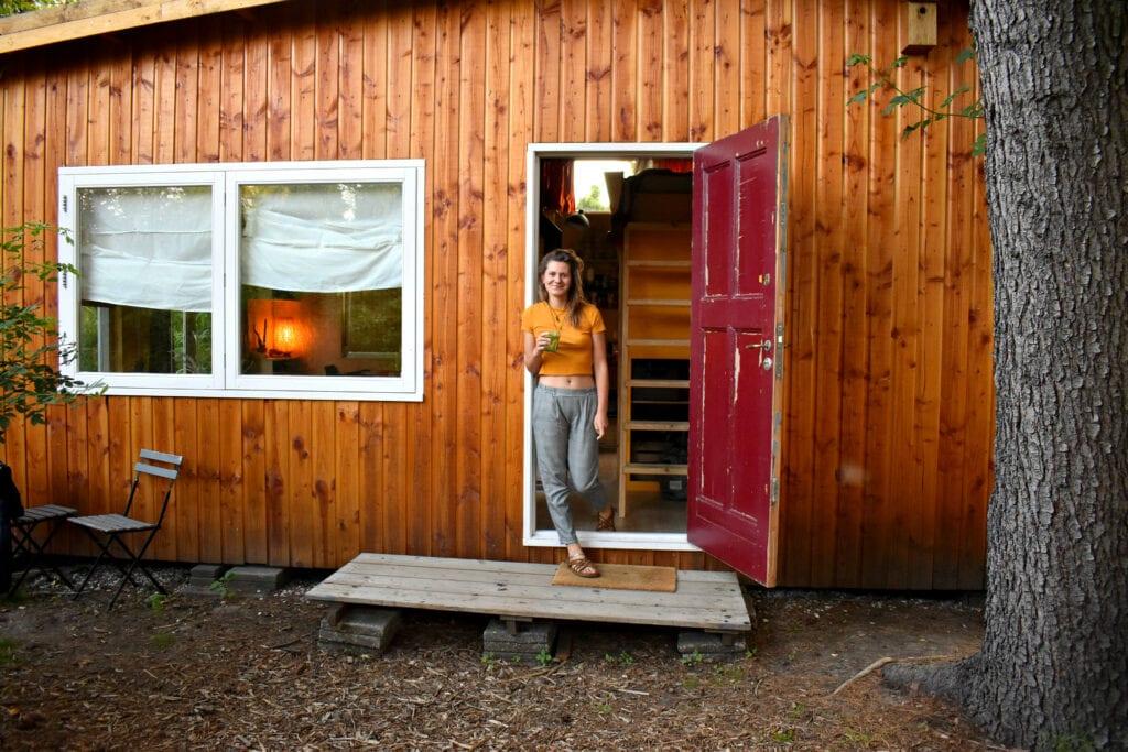 Jorinde voor haar tuinhuis in Rotterdam