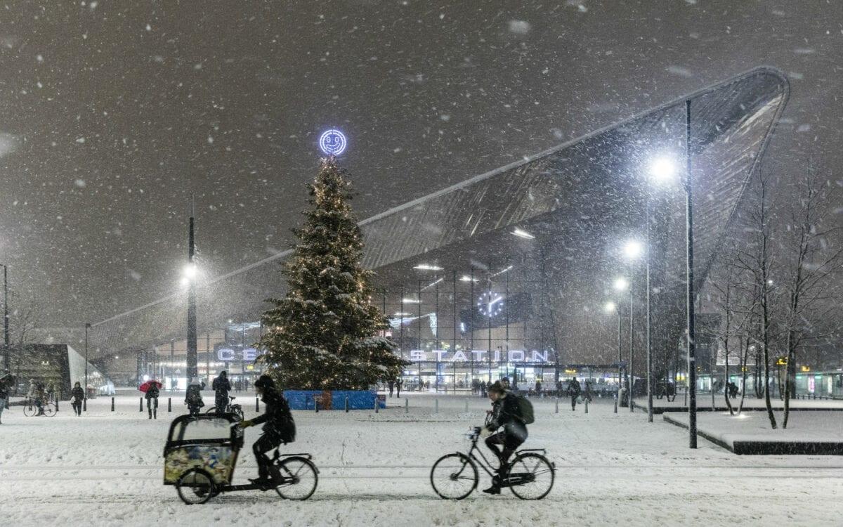 sneeuw centraal station kerstboom rotterdam