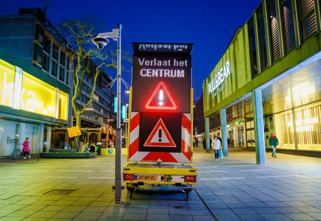 Matrixbord verzoekt mensen het centrum te verlaten - Foto: ANP