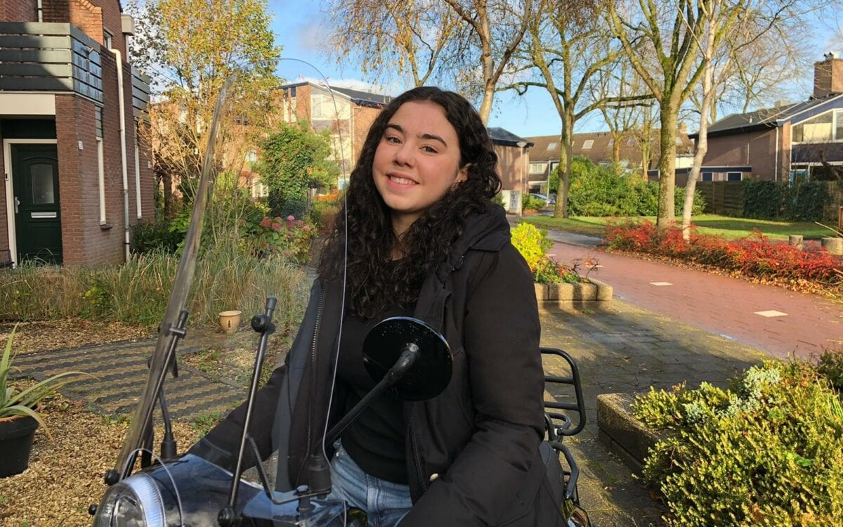 Aafje - Rozemarijn Mooij op de scooter