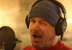 buschauffeur zingt coronalied | Still uit video