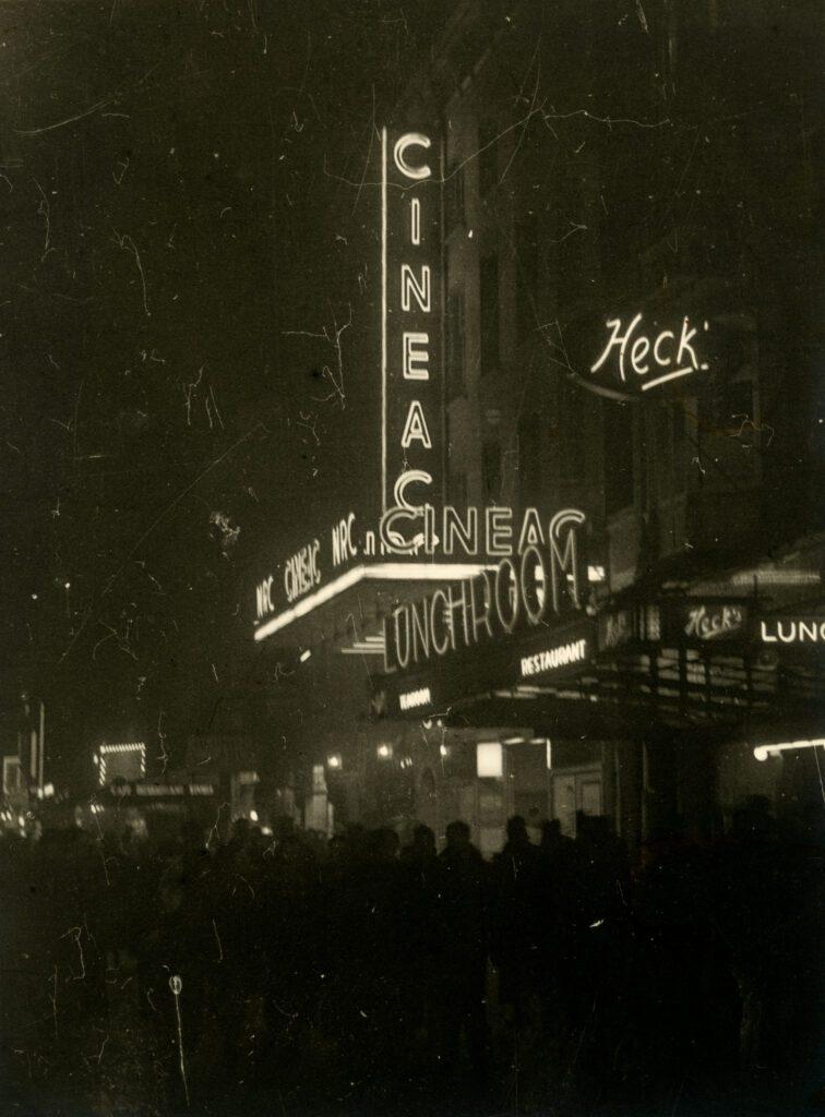 Avondverlichting van bioscoop Cineac in 1937
