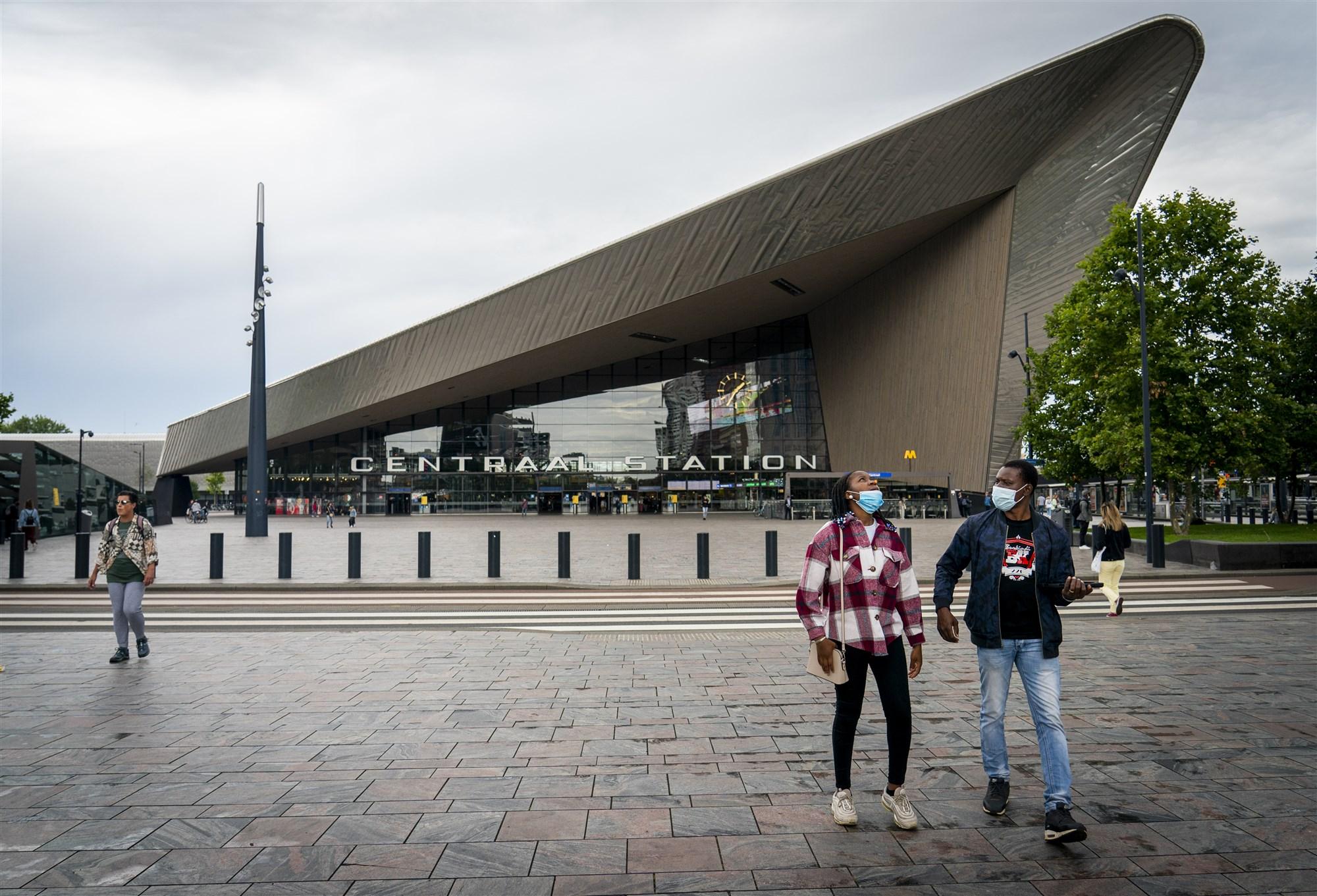 Mensen met mondkapjes bij Rotterdam Centraal