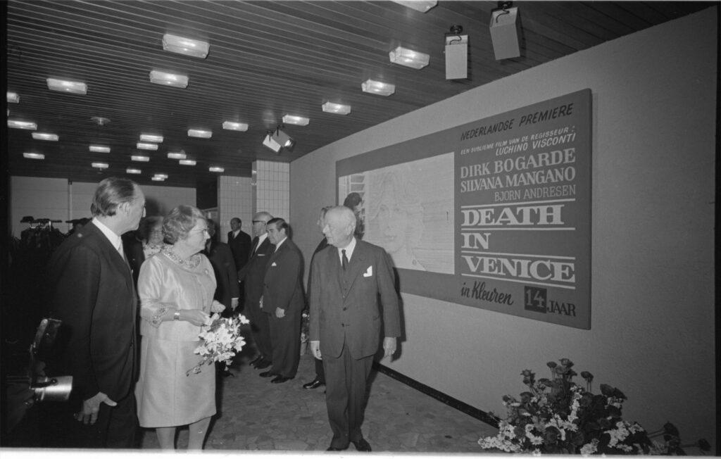 Koningin Juliana brengt bezoekje aan bioscoop Cineac