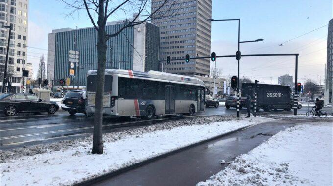 hofplein stoplicht auto's verkeer sneeuw