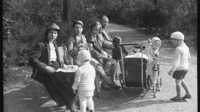 Mensen op een bankje in Het Park in 1940