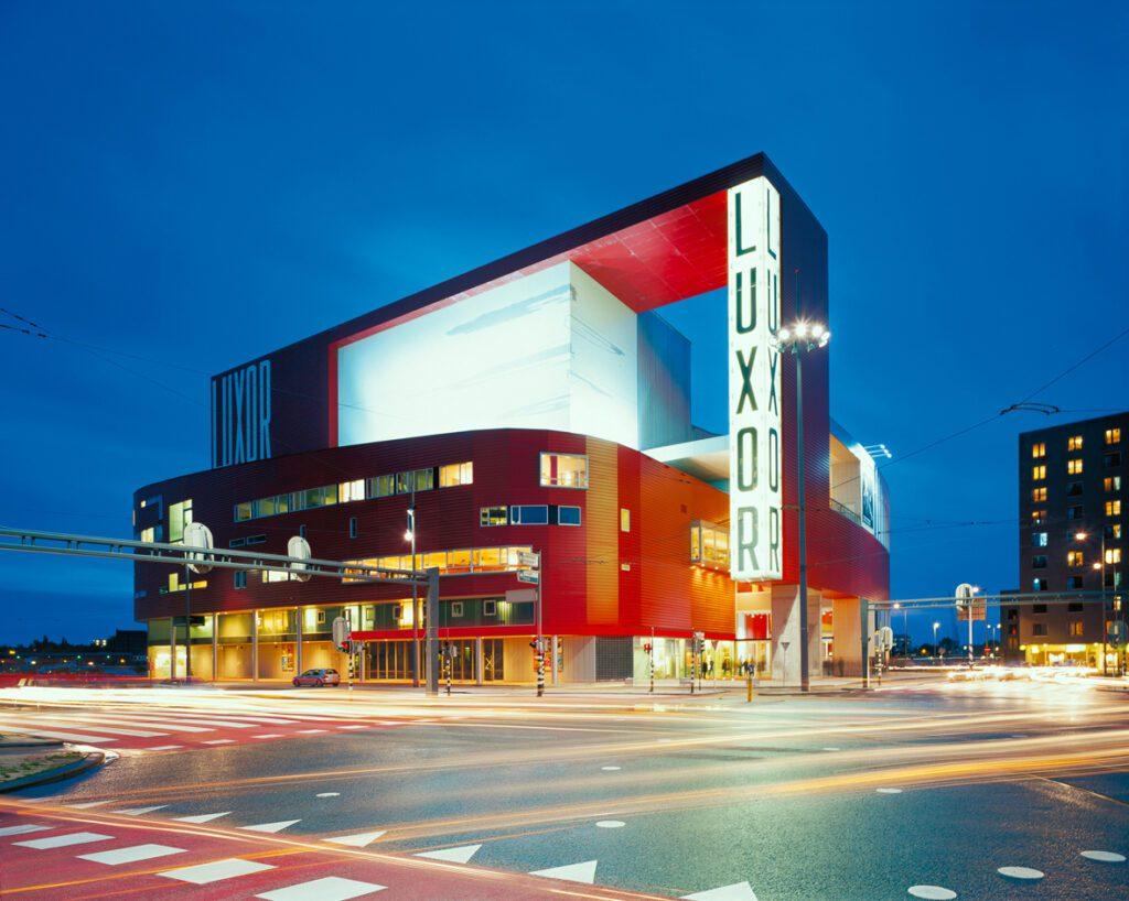 nieuwe luxor theater in de avond
