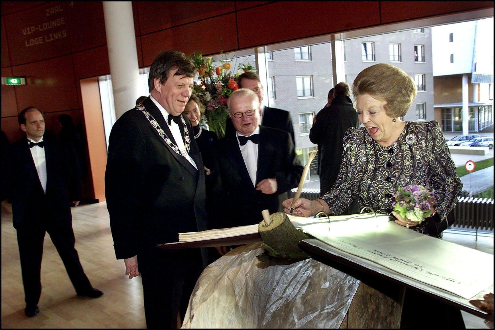 koningin beatrix opent nieuwe luxor theater