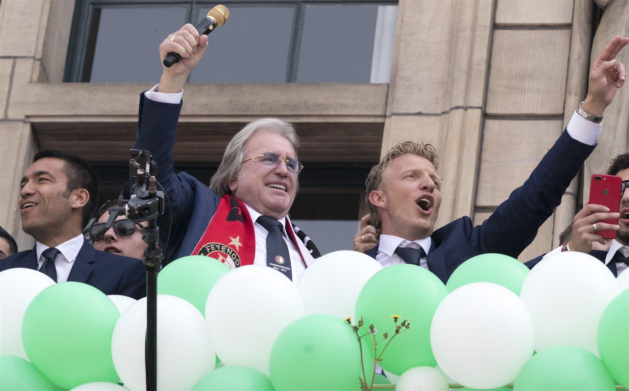 Dirk Kuyt en Lee Towers op het bordes van het stadhuis tijdens de inhuldiging op de Coolsingel. De Rotterdammers pakten na achttien jaar weer de titel in eredivisie.