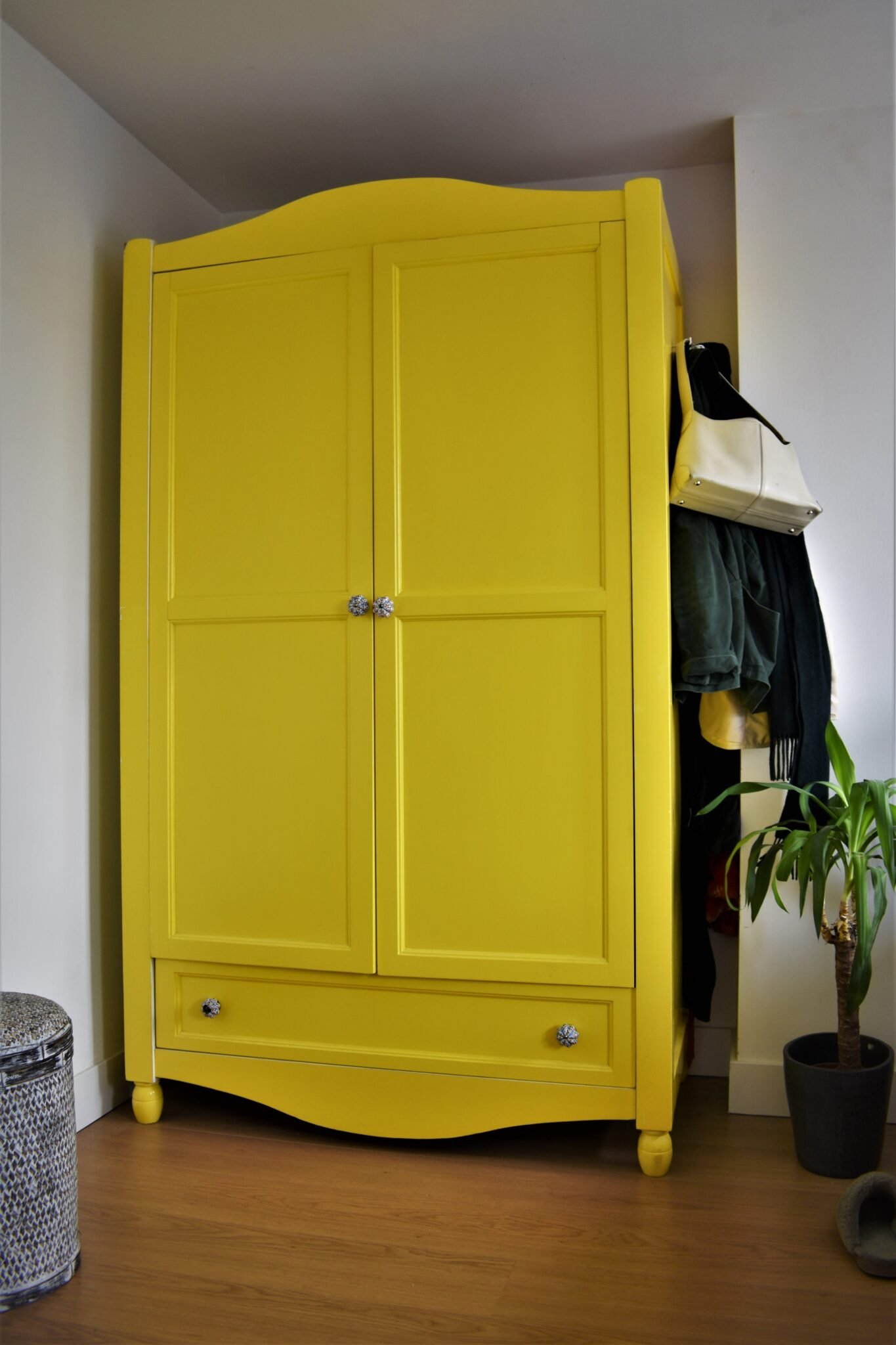 binnenkijken bij annabel en alex gele kledingkast
