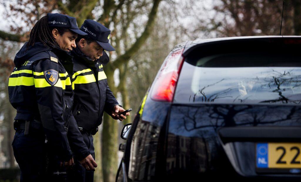 Agenten controleren een rijbewijs