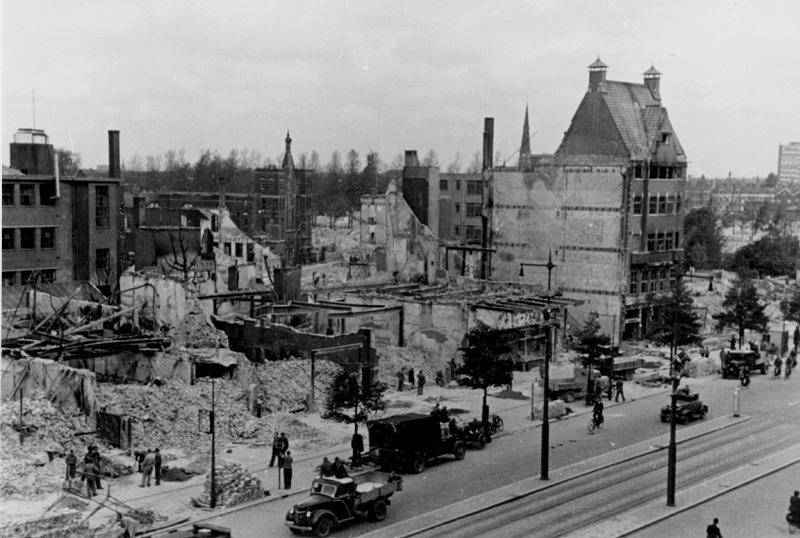 DeCoolsingel met schade van het Bombardement