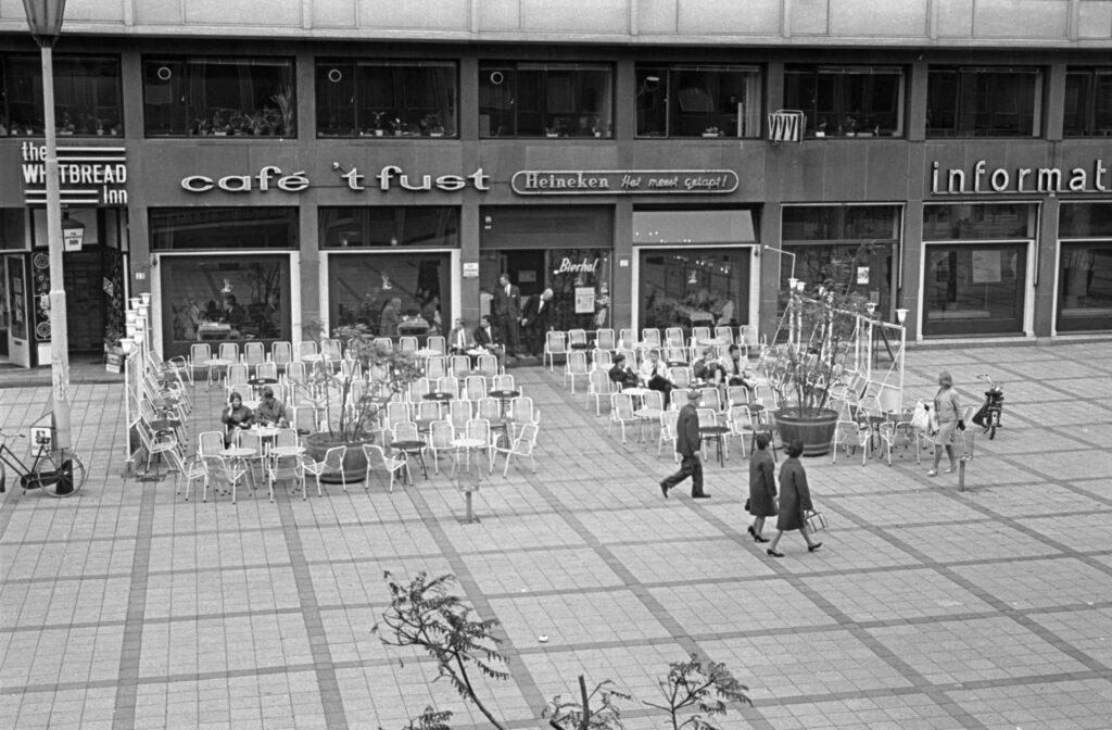Het terras en de voorgevel van het café-restaurant 't Fust op het Stadhuisplein.