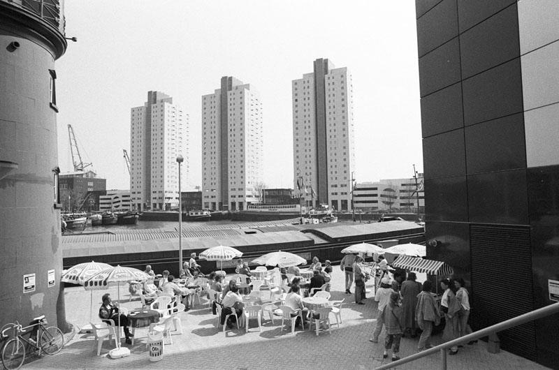 Café-terras aan de Leuvehaven. Op de achtergrond de flatgebouwen aan de Boompjes.