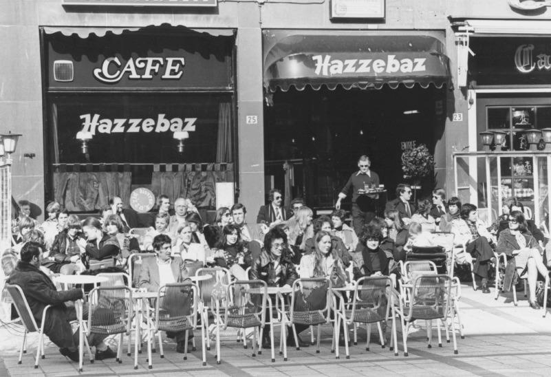 Het Stadhuisplein bij een café-terras