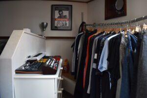 binnenkijken bij Marcus kledingrek muziekspullen