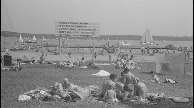 Drukte bij het strandbad langs de Kralingse Plas. 1970 Ary Groeneveld