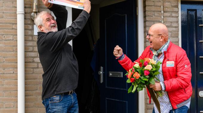 Theo-ontvangt-een-cheque-van-50.000-euro-van-Postscode-Loterij-ambassadeur-Gaston-Starreveld