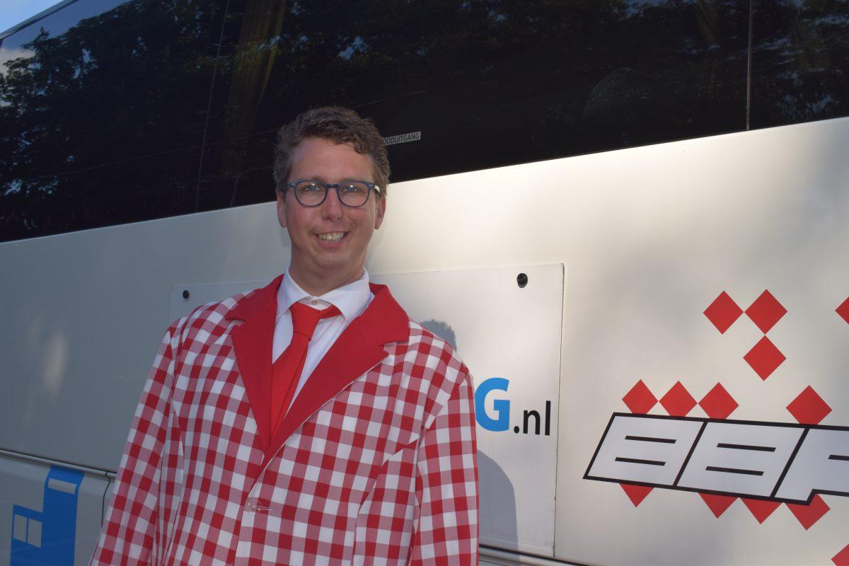 Arijan van Bavel voor de bus van zijn Tourtje Tilburg