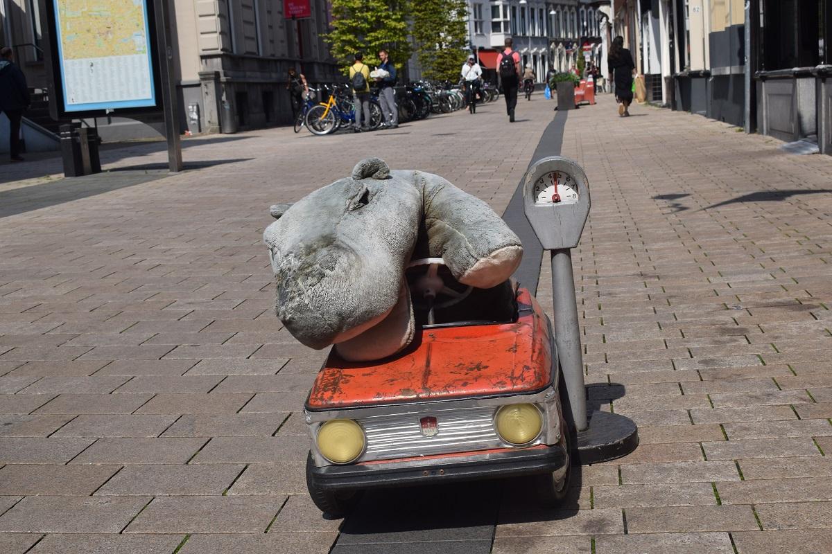 nijlpaard Tilburg zingende nijlpaard rode auto