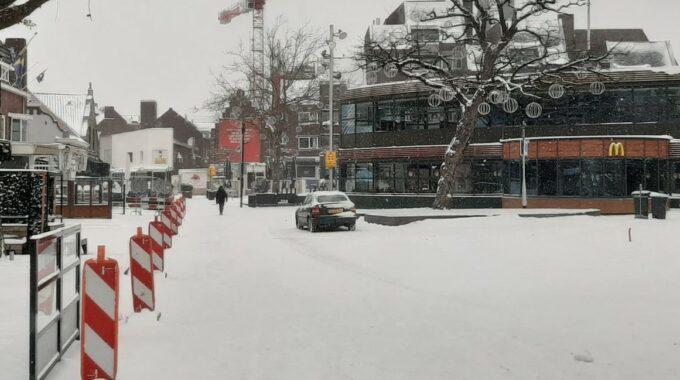 auto ingesneeuwd
