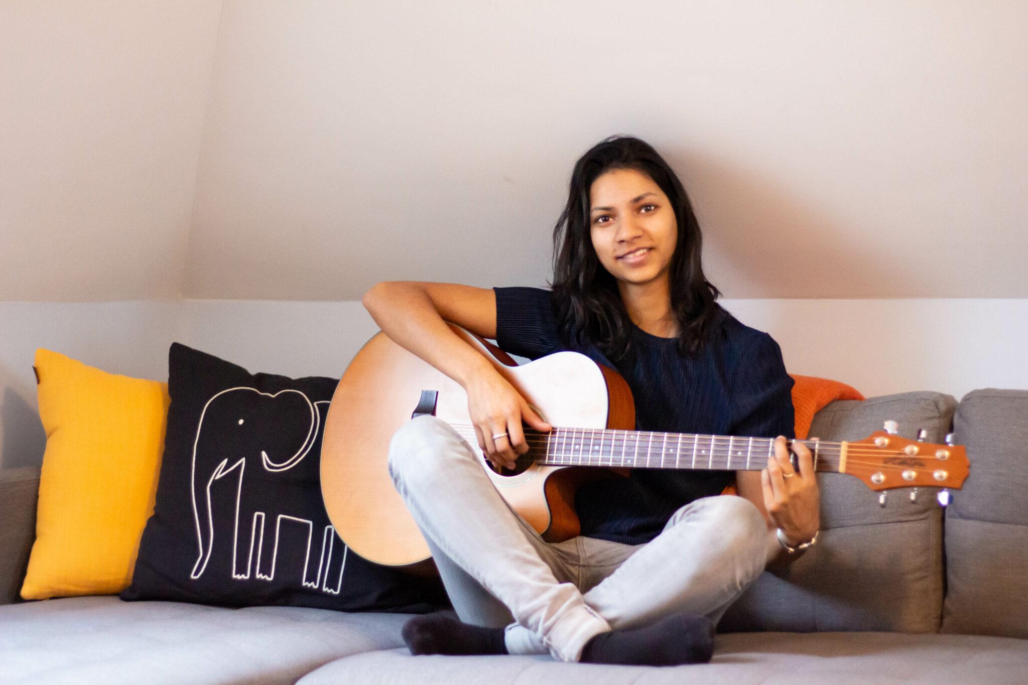 Liza in haar kamer, waar ze haar liedjes schrijft. Foto: Georgia Oost